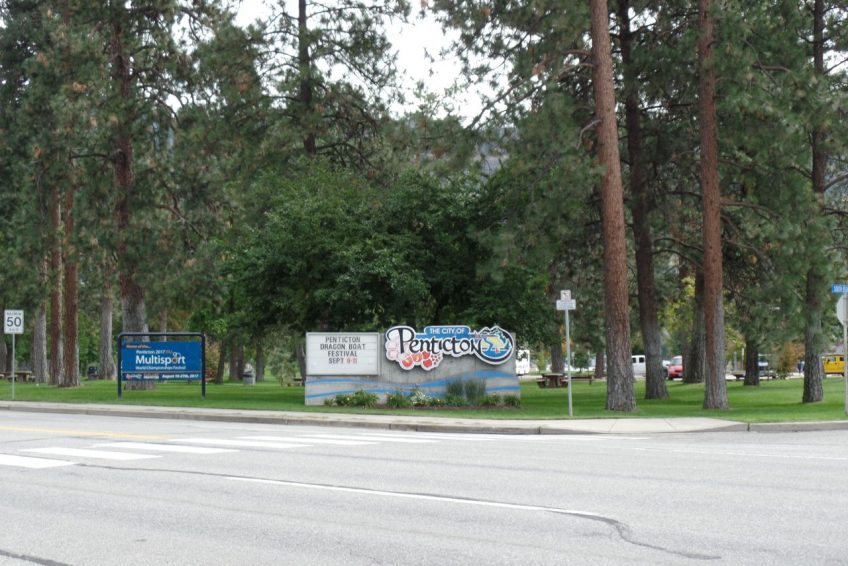 Welcome sign to the city at Skaha Lake Park